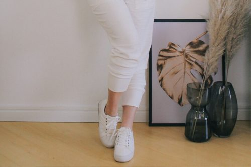Saiba como usar tênis branco e aposte nessa tendência